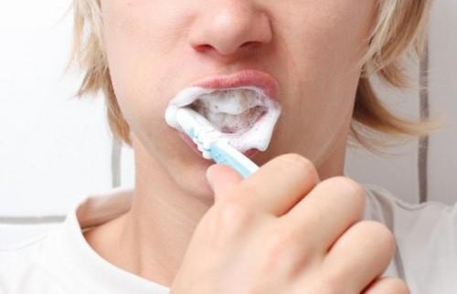 escovando-os-dentes-com-força-500x322